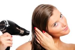 Использование фена - одна из причин секущихся концов волос
