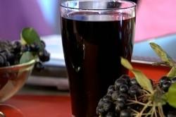 Сок из черноплодной  рябины при заболевании атеросклерозом, гипертонией, гастритом